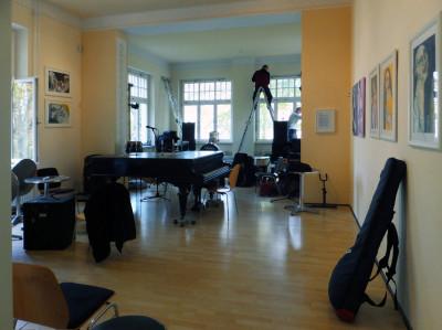 Letzte Vorbereitungen für den Auftritt der Musikanten am 8. November.