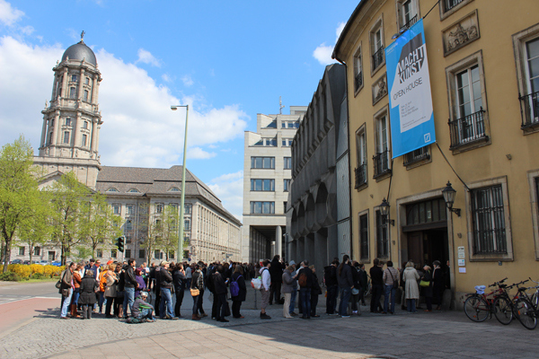 MACHT KUNST, Schlange zur Ausstellung der Deutsche Bank Kunsthalle