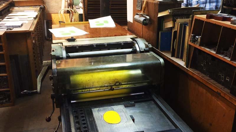 Gelbe Farbe wird gedruckt.